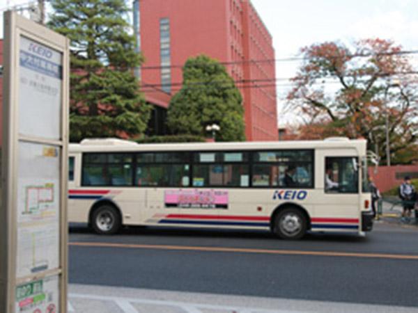 正門近くのバス停