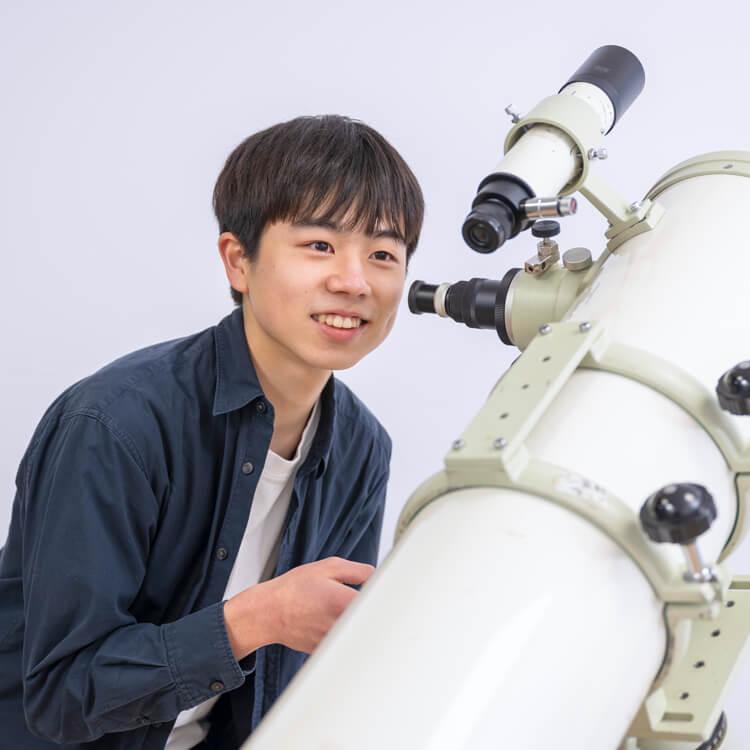 男子学生望遠鏡